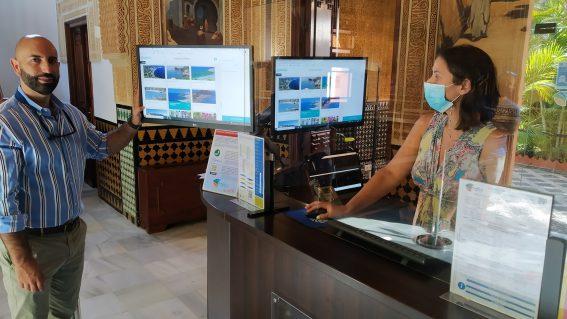 Almuñécar estrena la información turística digitalizada en las oficinas de turismo